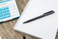 Papel, pluma y calculadora de nota Fotos de archivo libres de regalías