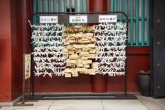 Papel previsto para a fortuna da resposta e amarrado e gota no templo de Marishiten Tokudaiji no mercado de Ameyoko na cidade de  imagens de stock