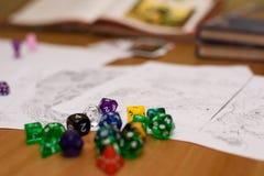 Papel que juega al juego puesto en la tabla Imagenes de archivo