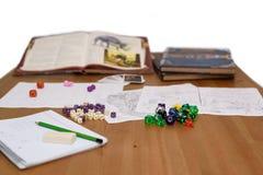 Papel que juega la disposición del juego en la tabla aislada en el fondo blanco Fotos de archivo