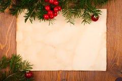 Papel rústico con las decoraciones de la Navidad Fotos de archivo