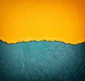 Papel rasgado amarelo sobre o fundo azul Fotos de Stock