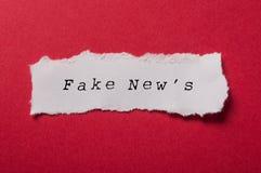 Papel rasgado branco no fundo de papel vermelho - falsificação nova imagem de stock