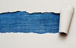 Papel rasgado con el espacio para el texto, textura de los pantalones vaqueros Imágenes de archivo libres de regalías