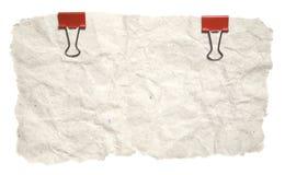 Papel rasgado Grunge con los clips rojos Imagen de archivo