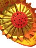 Papel rojo con el color oro - estilo chino, aislado en el CCB blanco Foto de archivo