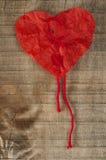 Papel rojo encrespado ââof hecho corazón Fotografía de archivo libre de regalías