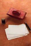 Papel secante de cuero rojo de la tinta del vintage con las postales retras en leathe Imagen de archivo