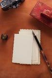 Papel secante de cuero rojo de la tinta del vintage con las postales retras en leathe Foto de archivo libre de regalías