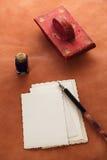 Papel secante de cuero rojo de la tinta del vintage con las postales retras en leathe Imagenes de archivo