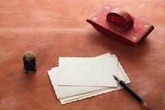 Papel secante de cuero rojo de la tinta del vintage con las postales retras en leathe Fotografía de archivo libre de regalías