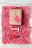 Papel seda del rojo del presente de la secuencia de las tijeras Fotografía de archivo libre de regalías
