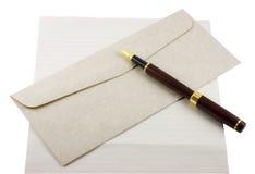 Papel, sobre y pluma de carta Imagen de archivo