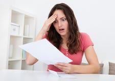 Papel triste da leitura da mulher Imagens de Stock