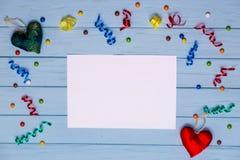 Papel vazio branco com fitas coloridas ao redor e coração feito a mão Imagem de Stock