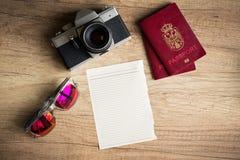 Papel vazio com coisas do curso para viajar foto de stock