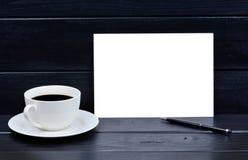 Papel vazio com o copo da pena e de café na tabela fotografia de stock royalty free