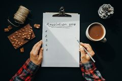 Papel vazio do álbum com inscrição da definição do ano novo com woma fotografia de stock