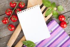Papel vazio do bloco de notas para suas receitas com tomates e manjericão fotografia de stock royalty free