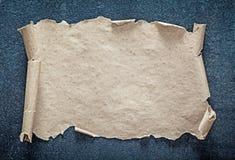 Papel vazio do vintage no fundo preto Foto de Stock