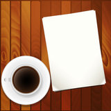 Papel vazio e copo de café na tabela Foto de Stock