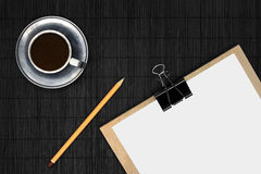 Papel vazio na mesa preta com café Fotografia de Stock Royalty Free