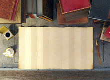 Papel velho e livros antigos na tabela do estudo na cena medieval Foto de Stock Royalty Free