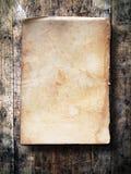 Papel velho na madeira do grunge fotos de stock royalty free