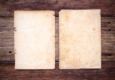 Papel velho na madeira envelhecida marrom Imagens de Stock Royalty Free