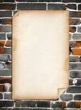 Papel velho na parede de tijolo velha Fotografia de Stock