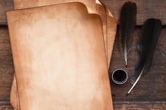 Papel velho na textura de madeira marrom com pena e tinta Imagens de Stock