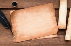 Papel velho na textura de madeira marrom com pena e tinta Foto de Stock
