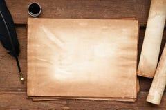 Papel velho na textura de madeira marrom com pena e tinta Fotografia de Stock Royalty Free