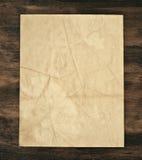 Papel velho sobre a madeira Foto de Stock
