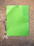 Papel verde em uma parede velha foto de stock