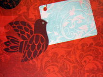 Papel vermelho com pássaro foto de stock