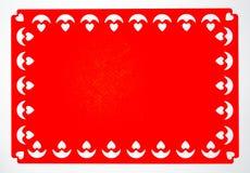 Papel vermelho com testes padrões do coração na borda fotos de stock