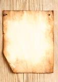 Papel viejo asociado a la pared de madera imagen de archivo libre de regalías