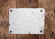 Papel viejo clavado con tachuelas Fotos de archivo