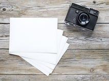 Papel viejo de la cámara y de la foto Fotos de archivo