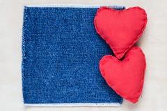Papel viejo de los corazones hechos a mano del fondo de las tarjetas del día de San Valentín Imagenes de archivo