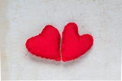 Papel viejo de los corazones rojos hechos a mano del fondo de las tarjetas del día de San Valentín Fotografía de archivo