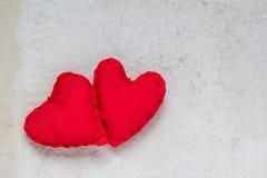 Papel viejo de los corazones rojos hechos a mano del fondo de las tarjetas del día de San Valentín Imagen de archivo libre de regalías