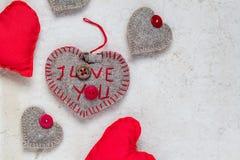 Papel viejo de los corazones rojos hechos a mano del fondo de las tarjetas del día de San Valentín Imagenes de archivo