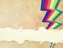 Papel viejo retro con las líneas del zigzag del arco iris y el espacio exhaustos del texto Fotos de archivo libres de regalías