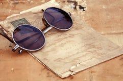 Papel viejo y vidrios viejos Imagen de archivo libre de regalías