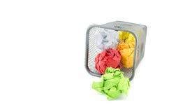 Papel waste verde, do vermelho e do amarelo da cor na lata do metal Imagem de Stock