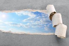 Papel y cielo rasgados Imágenes de archivo libres de regalías