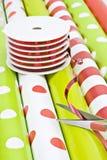 Papel y cinta de embalaje de la Navidad imagen de archivo libre de regalías