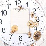 Papel y engranaje mecánico viejo del reloj Imagenes de archivo